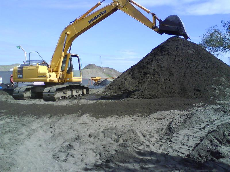 Tambang bijih besi yang berupa mineral/pasir.