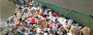 Menjaring sampah sungai foto-Anton Muhajir